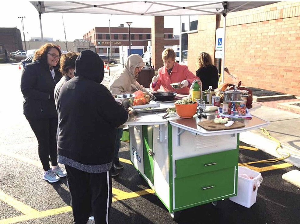 SIU-Center-for-Family-Medicine-Diabetic-educators-teaching-the-public-about-healthy-cooking-during-a-health-fair
